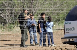 Photo of a border patrol police officer and migrant children